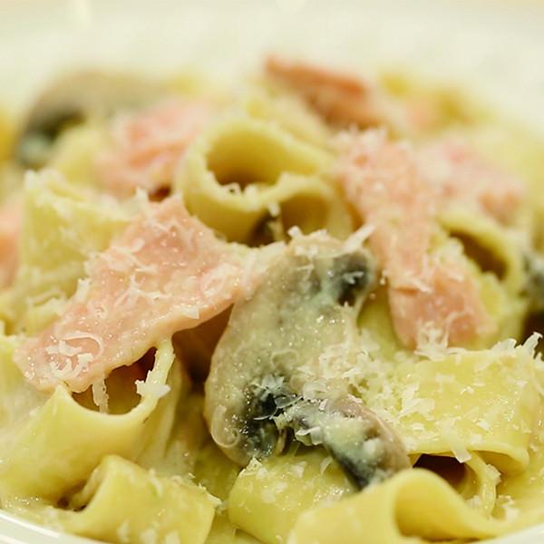 15分鐘快手料理~白醬做【奶油蘑菇鮭魚義大利麵】