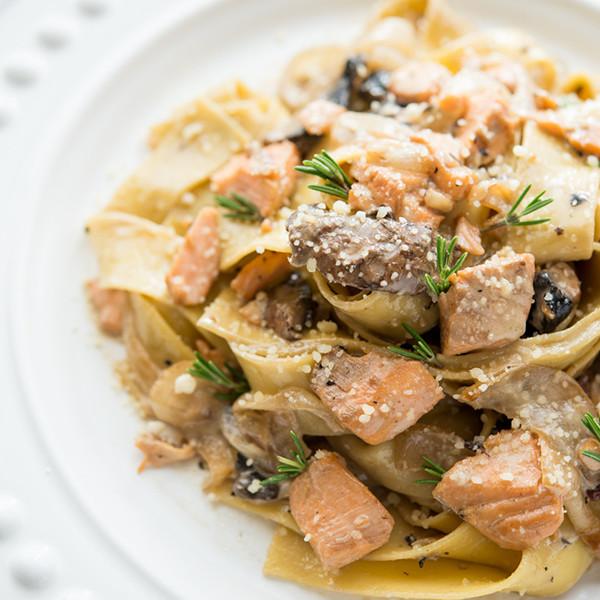 15分鐘快速上菜──波特菇鮭魚奶油寬麵