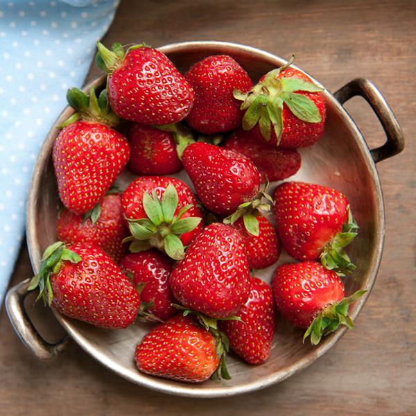 懶人包都整理好了~吃草莓不可不知的2大訣竅!無農藥洗草莓、一秒去蒂頭