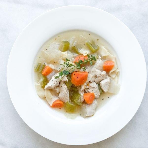 [低卡瘦身食譜] 3步驟就做好美式雞湯麵!有滿滿的蔬菜纖維和高蛋白質雞胸肉